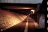 深夜のアンダーパスの歩道